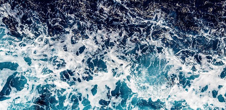 Antiincrustante efectivo para prevenir la formación de incrustaciones y dispersar el material coloidal en desaladoras de agua de mar