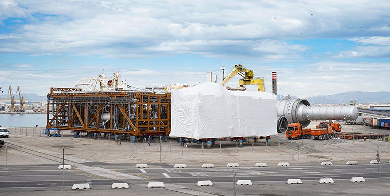 El Port Tarragona envía por mar dos grandes instalaciones para la industria petroquímica
